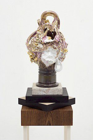 »Trophy for spotting the obvious« 2015, glazed ceramics, partly gilded, wooden base, 155 x 30 x 30 cm