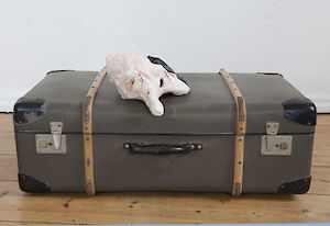 »Nixon (The Robbery)« 2015, oil on glazed ceramics, suitcase, 13 x 22 x 25 cm